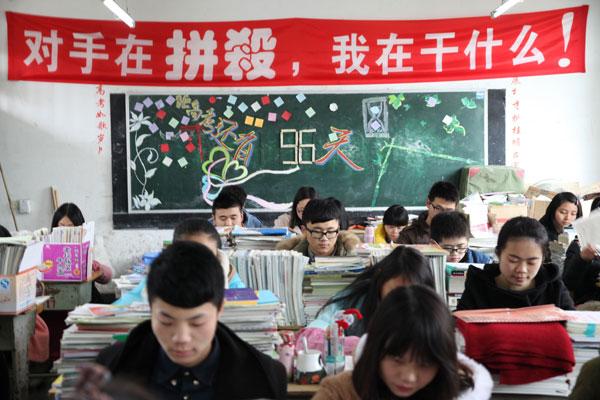 高三学生�y..�.��(N�_3月2日,四川眉山市东坡区多悦高中高三艺术班学生在上课.