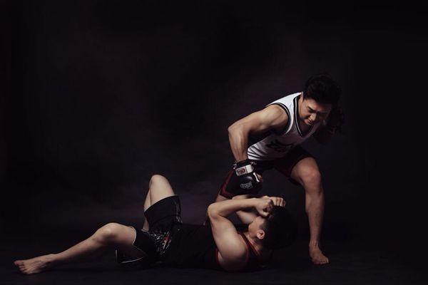 MMA中强化了地面意识,无异也是对截拳道多样化的发展。而地面和站立的过渡就是强力摔!可以一击必杀!这无疑扩展了一击必杀的形式。 MMA的最大优点就是具有极强的压力感!紧凑密集和机具偶然性的对攻!但缺点是擂台导致可以毫无忌讳地滥用地面技,不过笼子却比擂台更贴近真实。在腿法上,MMA的最大优点就是具有极强的压力感!