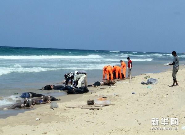 25日,在利比亚首都的黎波里附近的海岸发现了100多具非法移民尸体。新华社报道员哈姆扎·图尔基亚摄